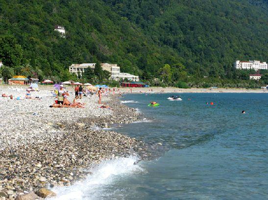 Преимущество абхазских пляжей в том, что они не принадлежат определенным пансионатам и санаториям. Любой желающий может зайти, позагорать, искупаться в море.