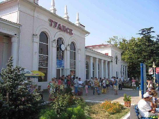 По приезду в Туапсе первое что мы видим - это железнодорожный вокзал