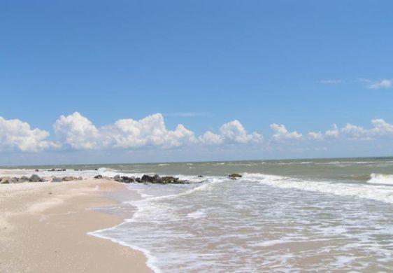 На здоровье человека весьма благоприятное влияние оказывают йодонасыщенный морской воздух, теплое море и большое количество солнечных дней на Азове.