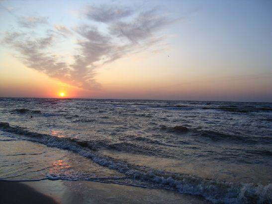 В начале августе на курортах Азовского моря стоит еще знойная июльская погода, а ближе к концу месяца могут наблюдаться небольшие осадки в виде кратковременных дождей