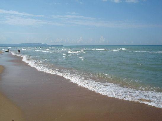 Летний зной очень сильно смягчают бризы, приносящие морскую прохладу, так что жара переносится очень легко и не доставляет какого-либо дискомфорта