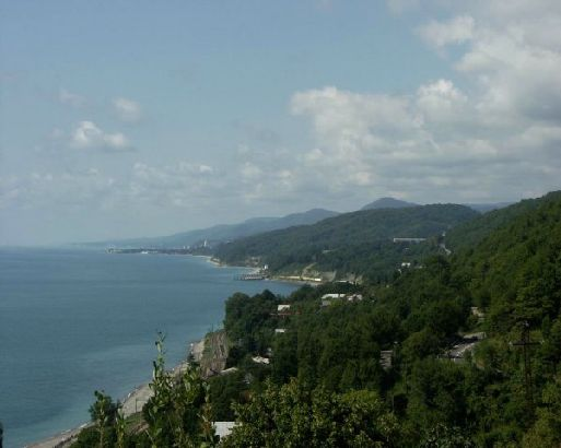 С одной стороны Лазаревское надежно защищено Кавказским хребтом, который защищает городок от холодных ветров, а с другое находится теплое и ласковое море