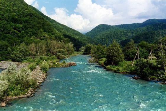 Река Мзымта одинаково прекрасна и в июле, и в ноябре