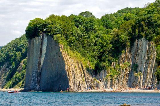 Знаменитая скала Киселева и полюбившийся отдыхающими пляж