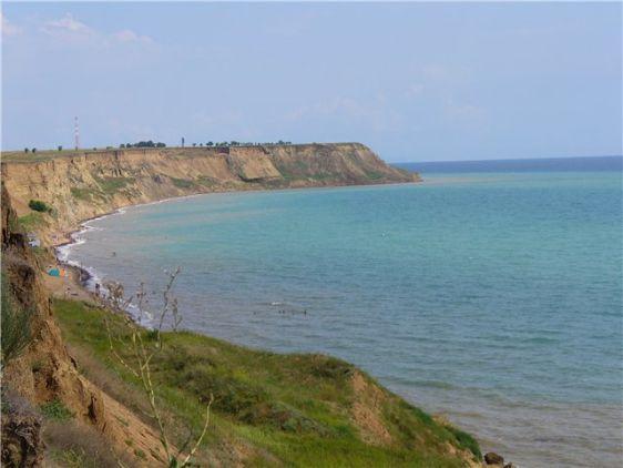 Живописный мыс Железный Рог, а также пляж недалеко от пос. Волна