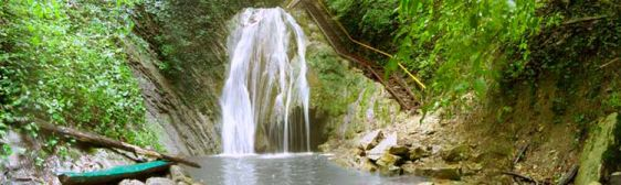 Мощные струи водопада похожи на бороду седого старца