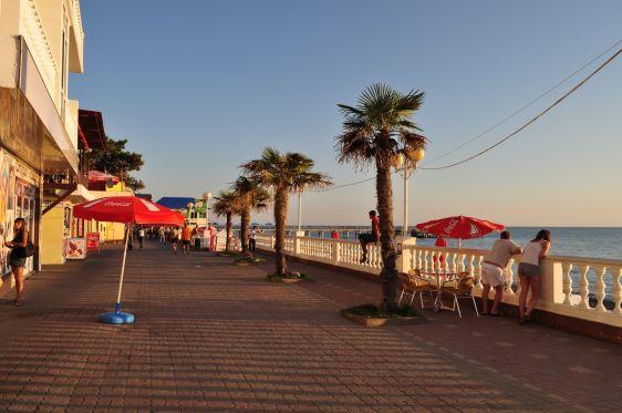 Летом набережная Лазаревского становится настоящей туристической меккой