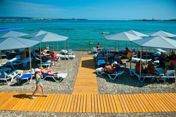 Пляж санатория ''Голубой волны'' выглядит на пятёрочку