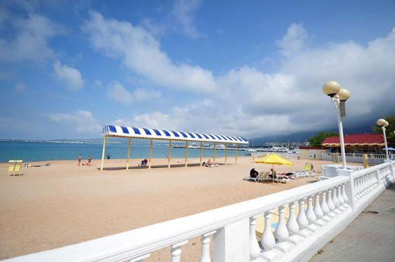 Городской пляж Геленджика всегда пользуется большой популярностью