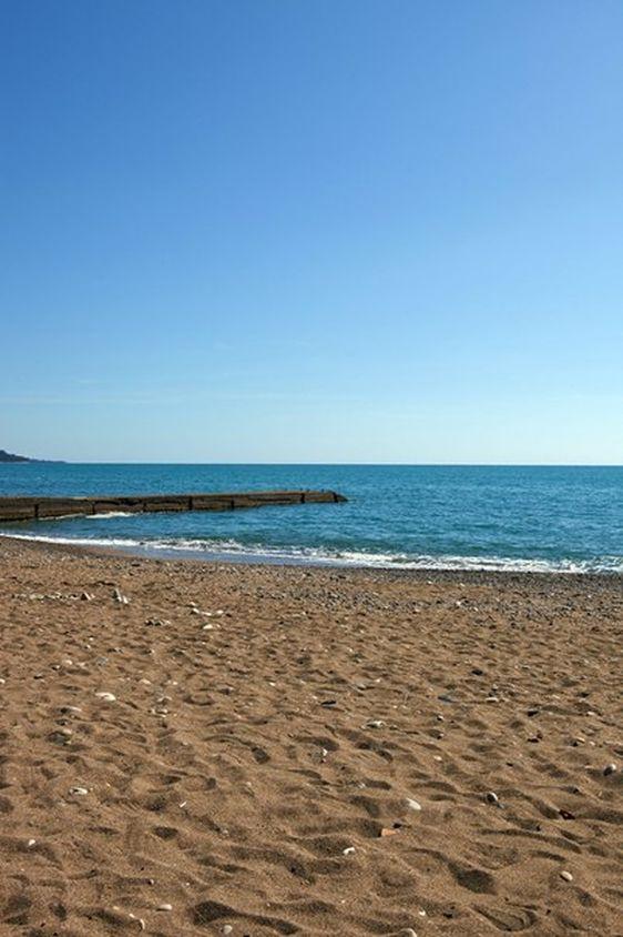 Пляж вблизи гостевого дома ''Бархатный сезон''