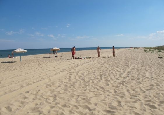 Протяжённый песчаный пляж в Каролино-Бугазе