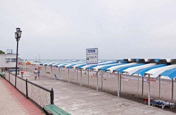 Ещё один частный пляж - при Военном санатории