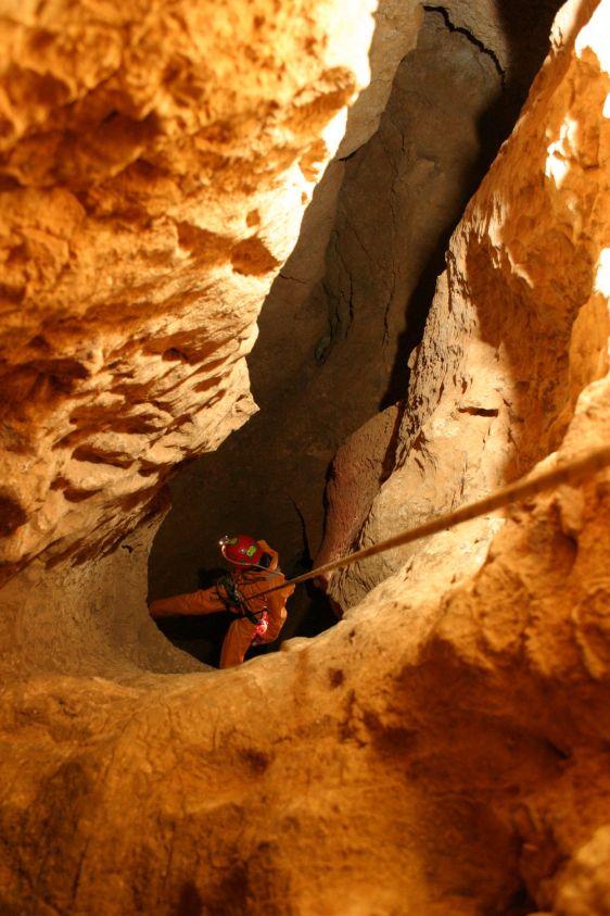 Глубина пещеры составляет 2196 м.