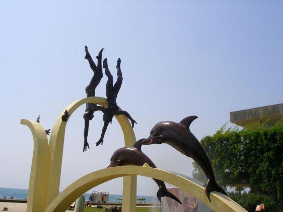 Скульптура ''Ныряльщики'' на набережной Пицунды