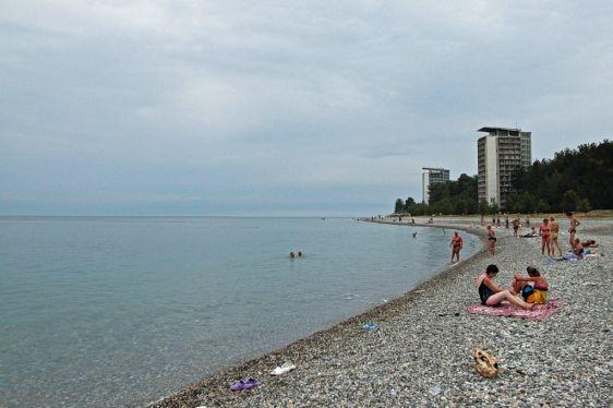 Пицундские пляжи слваятся своей чистой водой