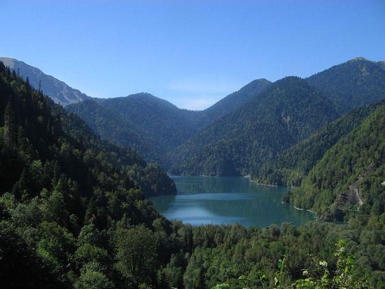 Озеро Рица с водой малахитового цвета