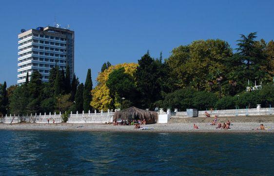 Рядом располагается пляж санатория ''РВСН''