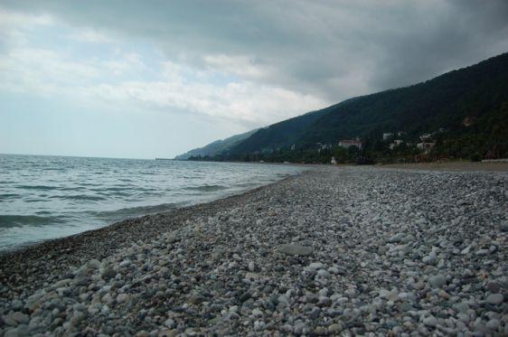 Пляжи Старой части Гагр менее ухожены