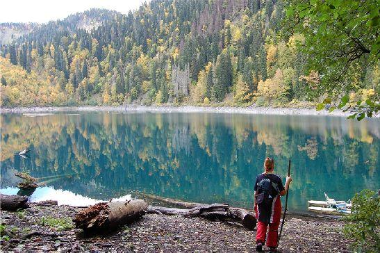 Голубое озеро - одно из самых популярных достопримечательностей Абхазии