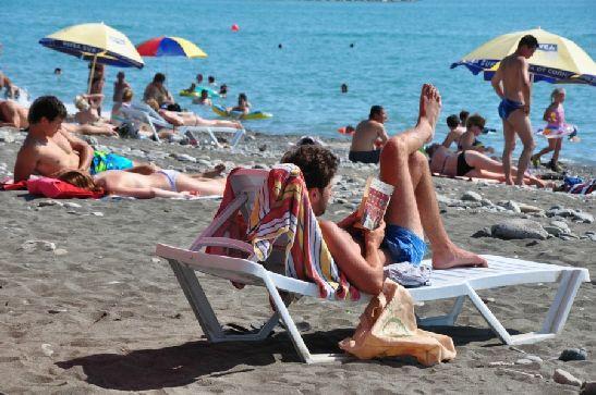 Если на центральных пляжах не просто найти свободное место, то на более отдаленных на пляжах немного посвободней