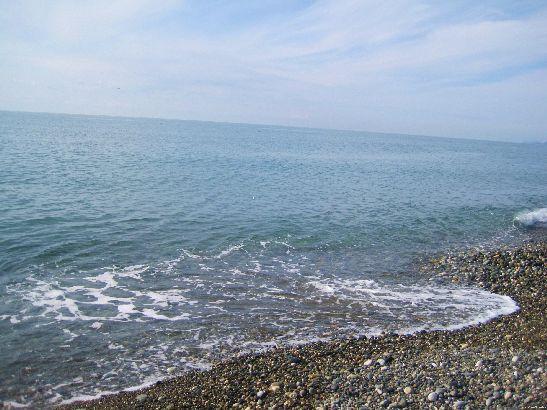 В Адлере в октябре нередки теплые солнечные дни, когда даже можно рискнуть зайти в море