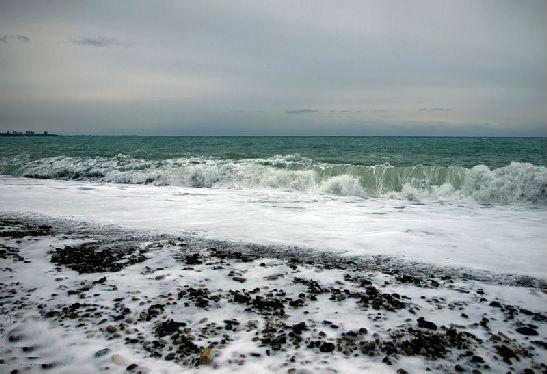 Штормящее ноябрьское море в Абхазии - явление вполне привычное
