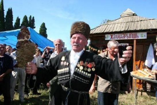Винный фестиваль в Ачандара - это сосредоточие традиций абхазского застолья, во время которого вино льётся рекой