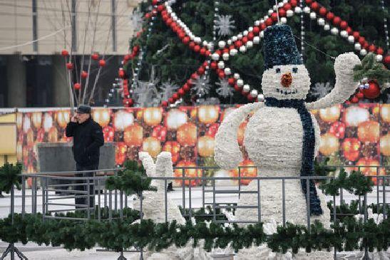 На Театральной площади еще несколько дней месяца возвышается украшенная игрушками ёлка