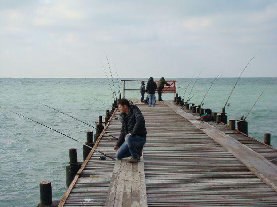 В погожие дни местные выходят на рыбалку