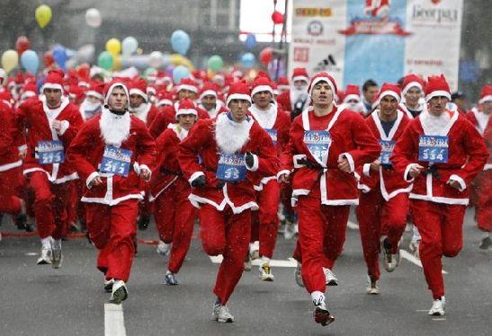 Традиционно в декабре в Анапе проходит зрелищный забег Дедов Морозов
