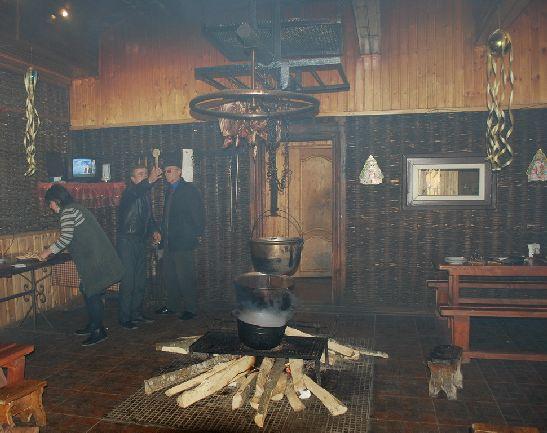"""Традиционное абхазское кафе """"пацха"""", посередине которого непременно располагается открытый очаг для приготовления блюд"""