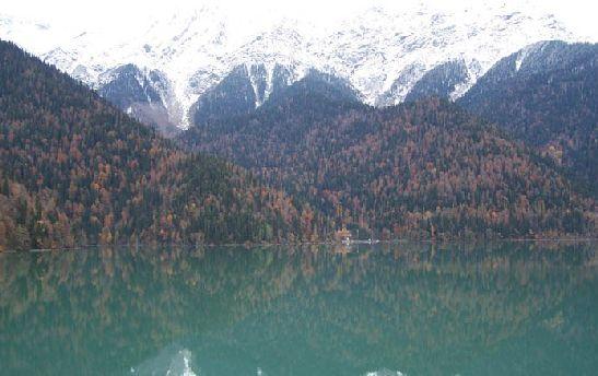 В ноябре склоны гор уже укрыты снегом