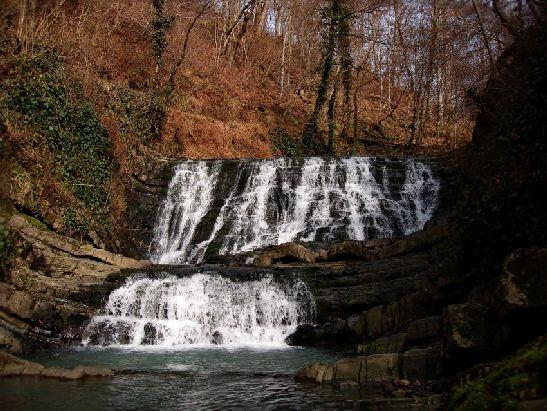 Небольшие, но очень живописные Змейковские Водопады находятся в нижнем течении р. Змейка