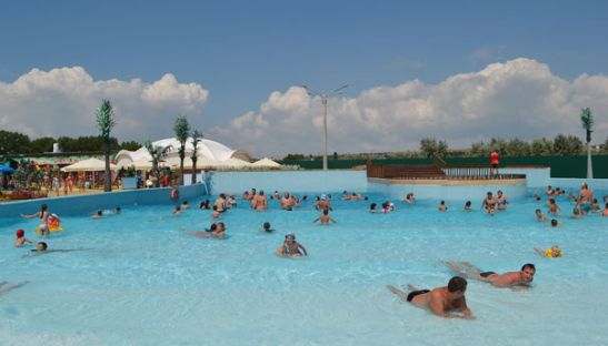 Пассивному отдыху есть место и в аквапарке - для этого предусмотрены специальные зоны и лежаки