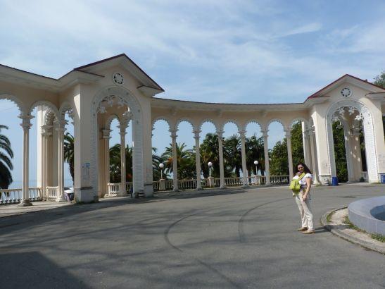 Прогулявшись по парку Вы обязательно увидите  Гагрскую колоннаду